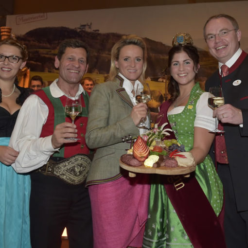 v.l.: Christina Mutenthaler, Franz Posch, Alexandra Meissnitzer, Mostkönigin Petra II und LR Stephan Pernkopf (Foto: NKL Filzwieser)
